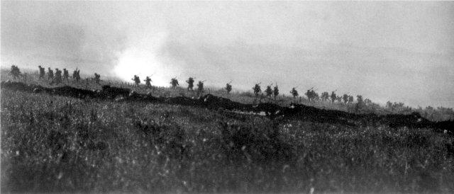 WWI_Tyneside_Irish_Brigade_advancing_1_July_1916 Wikimedia